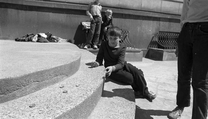 Warszawa 06.1973. Gra w kapsle. Chłopcy bawią się wykorzystując kapsle od butelek.